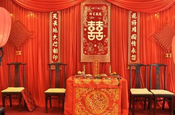 结婚频道 婚庆我帮你 中式婚礼现场怎么布置            跨火盆和射箭图片