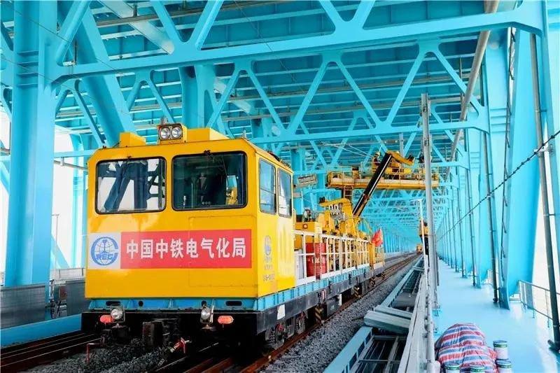 沪通铁路新进展 沪通长江大桥接触网导线贯通