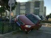 北京蓟门桥一轿车开上护栏 停车姿势难度