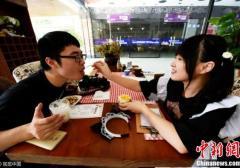 杭州现女仆咖啡馆 美女大学生亲自喂饭(图)