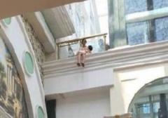 沪上一女子怀抱孩子环球港欲轻生 已被劝下安全带离