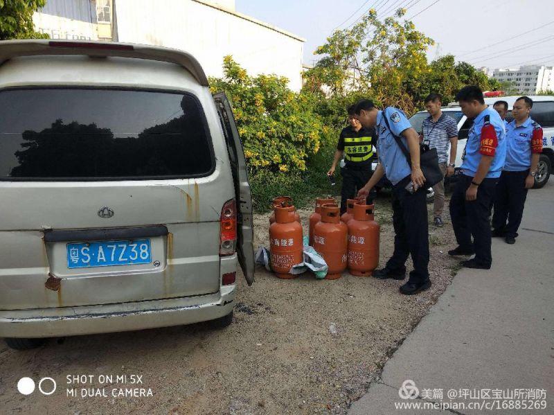 宝山所消防民警联合街道执法队、社区工作站查处废弃车辆内的黑煤气瓶